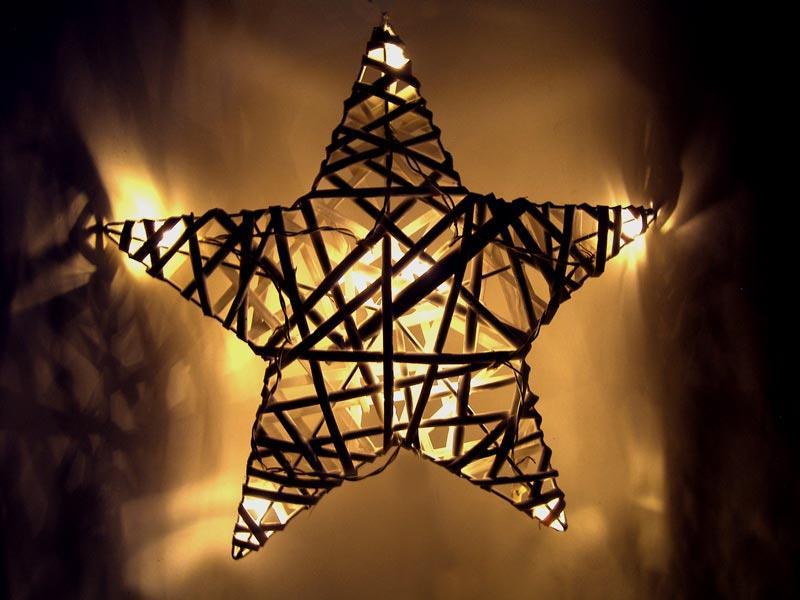Ratanová hvězda, 10x LED, automatické/ruční zapnutí, 2x AA baterie, bílá